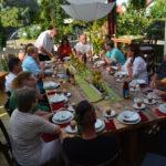 Ein großer Tisch hinter Juttas Kochbar - und viele Gespräche