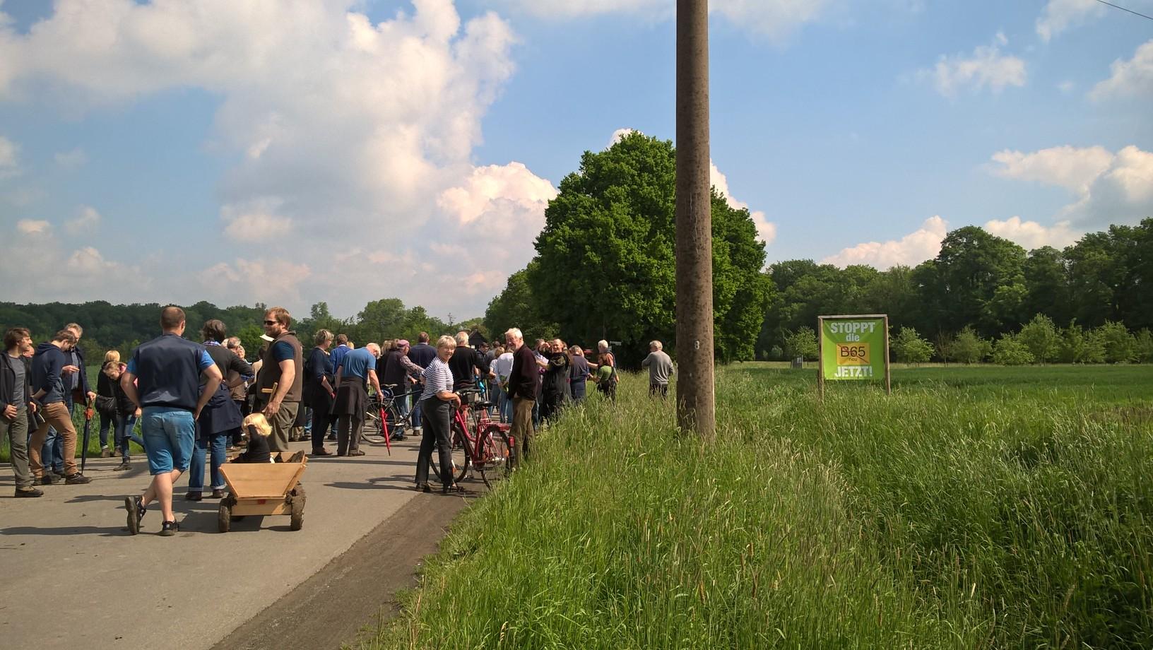 Schnatgang zum STOPP der neuen B65 mit über hundert Teilnehmer*innen
