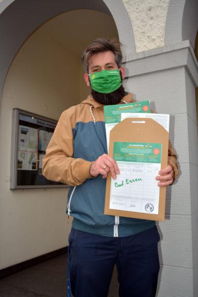 Mehrere hundert Unterschriften für den Artenschutz in den Händen von Florian Zimmeck. Fotos: Eckhard Eilers